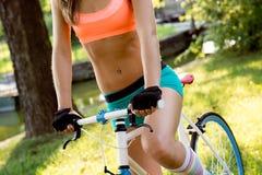 Bicyclist jazda w parku Obrazy Stock