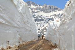 Bicyclists που περνά μέσω snowdrift στοκ εικόνες με δικαίωμα ελεύθερης χρήσης