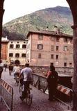 Bicyclists en la calle italiana Imagen de archivo libre de regalías