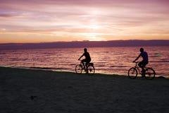 Bicyclists en la playa Imagen de archivo