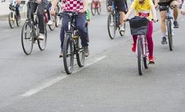 Bicyclists w ruchu drogowym na ulicach fotografia stock