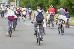 Bicyclists w ruchu drogowym na ulicach obraz royalty free