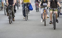 Bicyclists w ruchu drogowym na ulicach obrazy royalty free