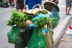 Bicykl ładował z sklepami spożywczymi i gumowymi butami na wierzchołku Wietnam stre Obrazy Stock