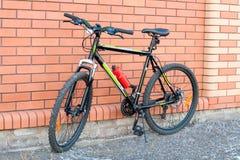 Bicykl blisko ściana z cegieł Fotografia Stock