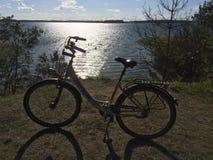 Bicykl blisko jeziora Plateliai, Lithuania obraz stock