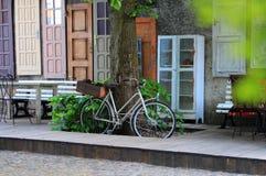 Bicykl blisko opustoszałej ulicznej kawiarni Zdjęcia Stock