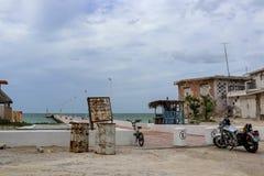 Bicykl i motocykl parkujący blisko blisko Progesso Jukatan Meksyk stara pogoda bijących domów, mola i 7, 06, 2017 - Zdjęcia Royalty Free