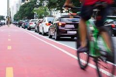 Bicykl i samochody w centrum miasta zdjęcia royalty free