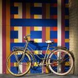 Bicykl na ścianie pełno geometryczny wzór zdjęcia stock