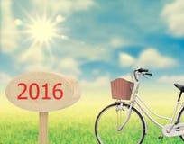 Bicykl na natury i drewna znaku 2016 Zdjęcia Royalty Free