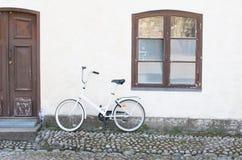 Bicykl na tle biała ściana dom obrazy stock