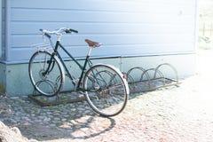Bicykl na tle dom obraz royalty free
