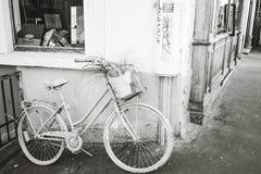 Bicykl na ulicie Montmartre na Wrześniu 9, 2016 w Francja Fotografia Royalty Free
