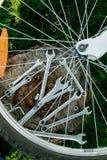 Bicykl naprawa Narzędzia, instrument dla naprawiać rower na drewnianym fiszorka tle z szprychami koło w przedpolu clos zdjęcie stock