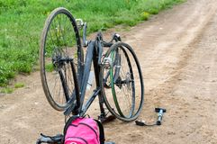Bicykl naprawa w polu, dziurawienie rower kamera na sposobie zdjęcia royalty free