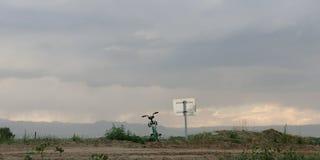 Bicykl obok drogi z górami w odległości obrazy royalty free