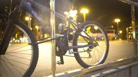 Bicykl parkujący na chodniczku w dużym mieście, aktywny styl życia, czysty miastowy transport zdjęcie wideo