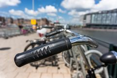 Bicykl parkujący w Amsterdam Obrazy Royalty Free