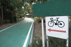 Bicykl podpisuje wewnątrz ogród Zdjęcie Stock