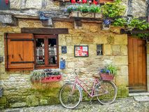 Bicykl przed dom na wsi wewnątrz Fotografia Royalty Free