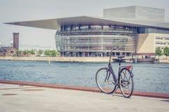 Bicykl przed Królewską operą w Kopenhaga zdjęcie royalty free