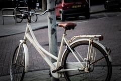 Bicykl przy Amsterdam miastem Odizolowywającym zdjęcie stock
