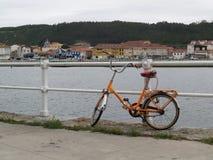 Bicykl przy brzeg rzeki Zdjęcia Royalty Free
