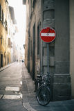 Bicykl przykuwający przy szyldowym słupem Obrazy Stock