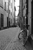 Bicykl przykuwający na ulicie w Sztokholm Obrazy Stock