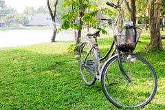 Bicykl w ogródzie Zdjęcia Royalty Free