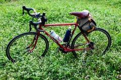 Bicykl w trawie Zdjęcia Royalty Free