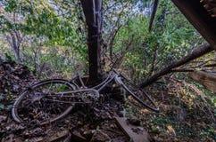 Bicykl w zaniechanym attyku fotografia royalty free