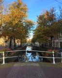 Bicykl Wodnymi ulicami Delft lub kanałami, Południowy Holandia fotografia royalty free