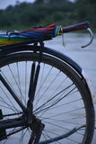 Bicykl z Colourful parasolem fotografia stock
