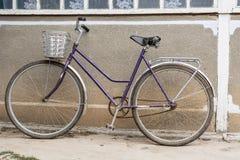 Bicykl z koszem Obrazy Royalty Free