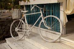 Bicykl z koszem kwiaty Zdjęcia Royalty Free