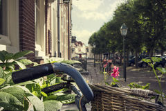 Bicykl z koszem w malowniczej ulicie zdjęcia royalty free