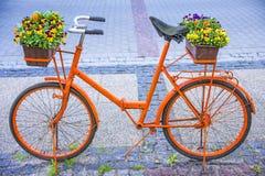 Bicykl z kwiatami Zdjęcia Stock