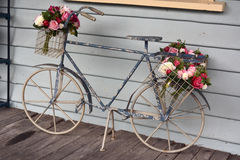 Bicykl z kwiatami Obrazy Royalty Free