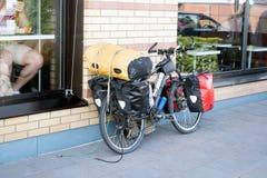 Bicykle con imballaggio immagine stock