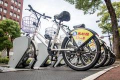 Bicykle dla czynszu stojaka przy rzędem na bruku obrazy stock