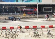 Bicykle i ludzie na ulicie obok Londyn mosta staci w L zdjęcie stock