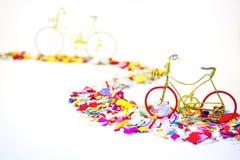 Bicykle na confeti drodze obrazy royalty free