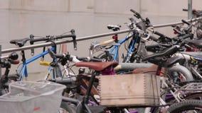 Bicykle na parking zbiory wideo