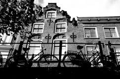 Bicykle parkujący na moscie przed starym kanału domem, Oude Gracht, Utrecht holandie fotografia royalty free