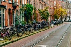 Bicykle Parkujący W W centrum mieście Amsterdam Podczas jesieni Obrazy Stock