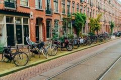 Bicykle Parkujący W W centrum mieście Amsterdam Podczas jesieni Obrazy Royalty Free