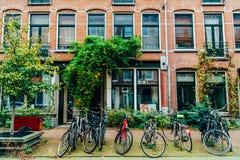 Bicykle Parkujący W W centrum mieście Amsterdam Podczas jesieni Zdjęcie Stock