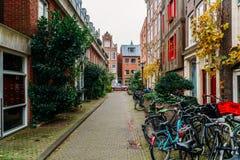 Bicykle Parkujący W W centrum mieście Amsterdam Podczas jesieni Zdjęcia Royalty Free